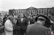Richard Nixon visite le monument des héros du ghetto de Varsovie
